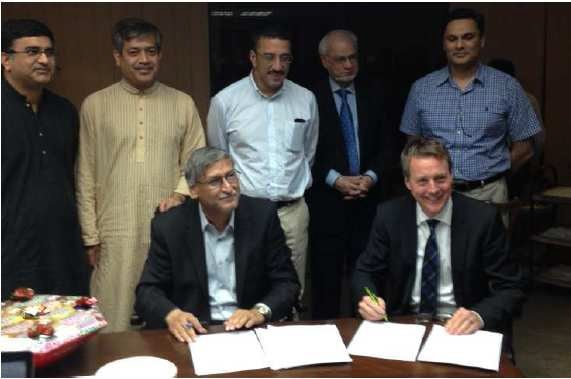 Signing the contract for Hub in Pakistan: CFO Dr. Arif Bashir, Mr. Raza Mansha, Mr. Abdul Aleem Khan, Mr. Fahrland, Mr. Masarrat H. Siddiqi (left to right)